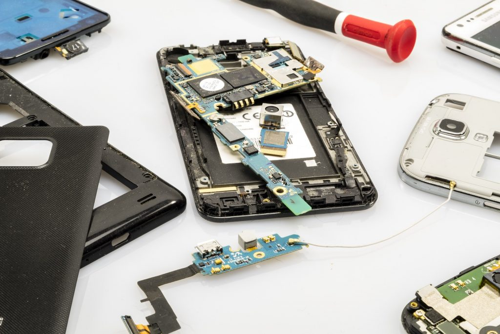 Elektroaltgerät / altes Smartphone auseinandergeschraubt