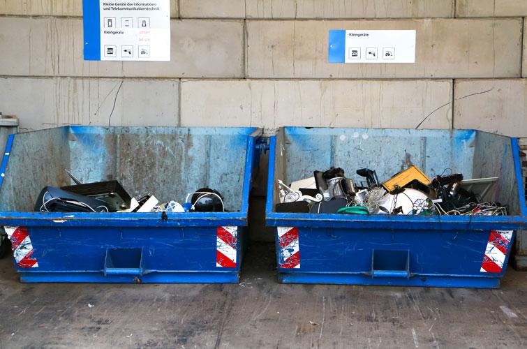 Zwei volle Container für Elektroaltgeräte